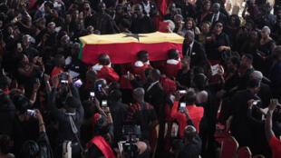 Des membres de la garde d'honneur portent le cercueil de Kofi Annan, diplomate ghanéen et ancien secrétaire général des Nations Unies, qui est décédé le 18 août à l'âge de 80 ans après une courte maladie, lors des funérailles à Accra le 13 septembre 2018.