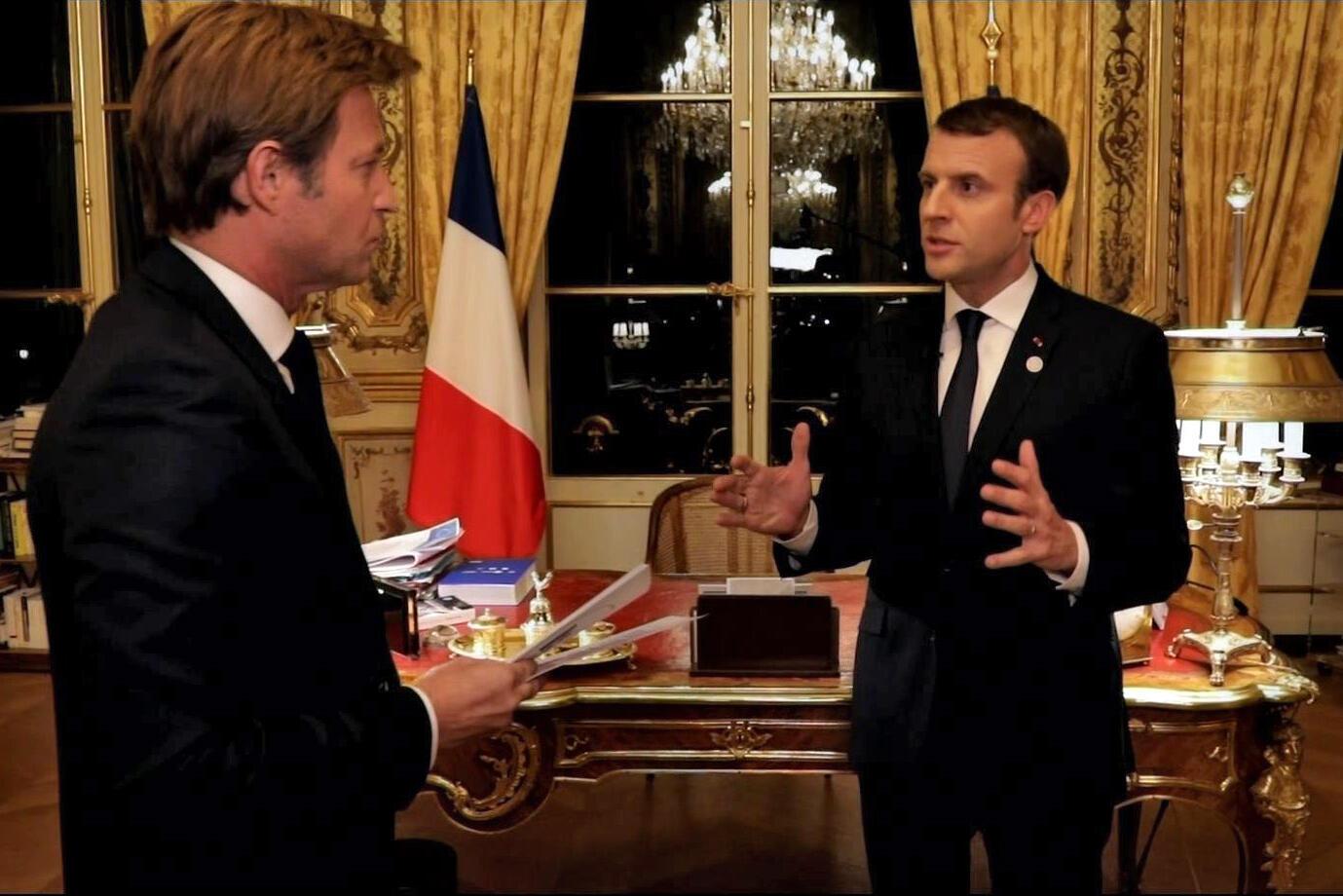 Tổng thống Pháp Emmanuel Macron (P) trả lời phóng viên France 2 Laurent Delahousse trong chương trình phát sóng tối 17/12/2017.
