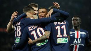 Neymar et Kylian Mbappé (PSG) et leurs coéquipiers, après un but contre Saint-Etienne, au Parc des Princes à Paris, le 8 janvier 2020.