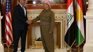 Rais wa Kurdistan, Massoud Barzani (kulia) akimkaribisha kiongozi wa Pentagon, Ashton Carter, Desemba 17, 2015 katika Erbil.