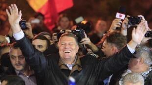 Klaus Iohannis, le nouveau président roumain, célèbre sa victoire avec ses partisans à Bucarest, le 16 novembre.