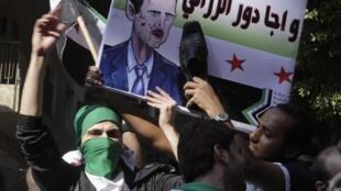 Sírios que vivem no Egito realizaram neste domingo um protesto contra o regime do presidente Assad diante da embaixada da Síria no Cairo.