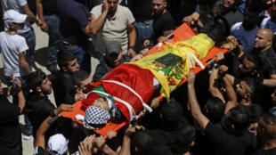 El cadáver del palestino Ahmad Jameel Fahad es llevado en volandas durante su funeral en el campo de refugiados de Al Amari, cerca de Ramala, el 25 de mayo de 2021 en Cisjordania