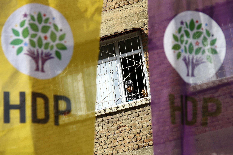 Des bannières électorales du parti pro-kurde HDP à Diyarbakir en 2015. Le HDP avait fait sensation aux élections de 2014-2015 en séduisant des millions d'électeurs
