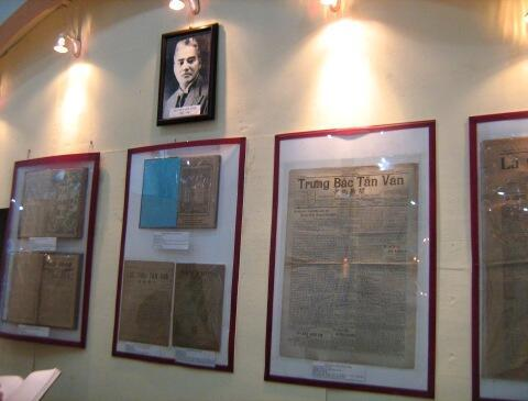 """Góc trưng bày các báo do Nguyễn Văn Vĩnh chủ bút. Triển lãm """"Báo chí Quốc ngữ 1865-1954"""", Hà Nội, 16/6/2010. Đây là cuộc triển lãm thứ 3 về báo chí Quốc ngữ. Lần đầu vào năm 1943 ở Sài Gòn."""