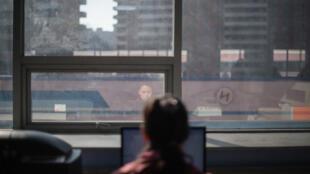 Une femme devant un ordinateur à Pyongyang (Corée du Nord) en février 2017 (image d'illustration).