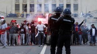 Des supporters du PSG affrontent la police en face de la Tour Eiffel, le 13 mai 2013.