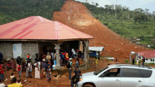 Neuf mois après le glissement de terrain accompagné d'inondations qui avait plus d'un millier de morts à Freetown au Sierra Leone, les survivants restent démunis.