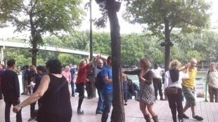 Un grupo baila al ritmo de la salsa en La Villette, París.