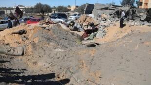 Casa que foi alvo do bombardeio dos Estados Unidos nesta sexta-feira (19) em Sabrata, na Líbia, foi completamente destruída.