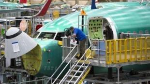 Wafanyakazi wa kampuni ya Boeing wakitengeneza ndege ya 737 Max katika kiwanda cha Renton katika Jimbo la Washington nchini Marekani, Machi 23, 2019.