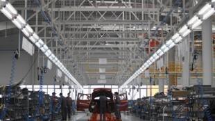 Des ouvriers travaillent dans la nouvelle usine du constructeur chinois Great Wall Motor à Lovech en Bulgarie, le 21 février 2012.