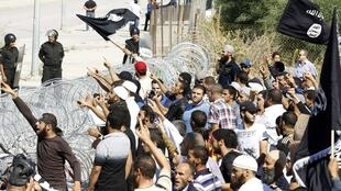 Manifestation de salafistes devant l'ambassade américaine à Tunis, protégé par des grillages et des membres des forcces de l'ordre, le 14 septembre 2012.