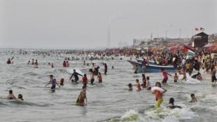 La jeunesse palestinienne profitant du beau temps sur une plage à Gaza.