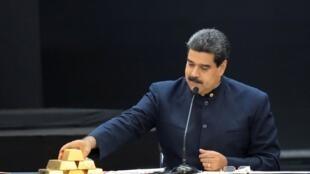 Vàng được đặt trên bàn của tổng thống Venezuela Nicolas Maduro, trong một buổi làm việc với giới chức kinh tế tại phủ tổng thống, Caracas, 22/03/2018.