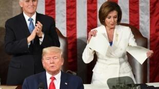 Phó tổng thống Mike Pence (T) vỗ tay hoan nghênh, chủ tịch Hạ Viện Nancy Pelosi (P) xé bản sao diễn văn tổng thống, sau khi Donald Trump kết thúc đọc thông điệp, Washington DC, Mỹ, ngày 04/02/2020