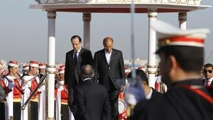 Le président tunisien, Moncef Marzouki (D) et son homologue français, François Hollande avant la cérémonie de célébration de la nouvelle Constitution tunisienne. Tunis, le 7 février 2014.