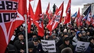 Entre 300 e 500 pessoas manifestaram hoje perto da estátua do General Souvorov, em Moscovo, contre a restituição ao Japão das ilhas Curilas