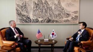 Đặc sứ Mỹ về Bắc Triều Tiên Stephen Biegun (T) trong cuộc tiếp xúc với đồng nhiệm Hàn Quốc Lee Do-hoon tại bô Ngoại Giao Seoul, ngày 21/08/2019.