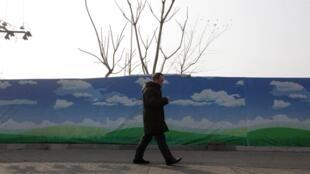 北京一建築工地的廣告牌是藍天白雲2014年1月16日