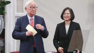 總統蔡英文(右)2018年10月3日上午在總統府召開記者會宣布,由台積電創辦人張忠謀(左)擔任今年亞太經合會(APEC)領袖代表。