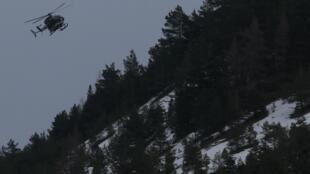 Helicóptero sobrevoa a área do acidente, nos Alpes franceses.