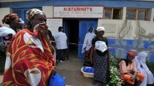 Femmes devant une maternité à Abobo, Abidjan, Côte d'Ivoire, le 23 avril 2011.