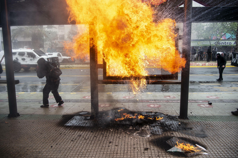 Los enfrentamientos entre manifestantes y policías antidisturbios estallaron el 10 de octubre de 2021, durante una protesta de miembros de tribus mapuche en la ciudad de Santiago.