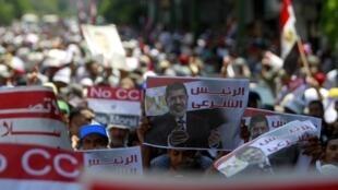 Des milliers de personnes, brandissant des portraits de Mohamed Morsi et appelant à la fin du régime militaire, ont défilé ce 17 juillet, dans le centre du Caire.