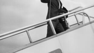 Шарль Азнавур 17 сентября 1966 года перед поездкой в Мексику