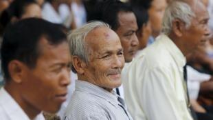 Những người sống sót từ trại tù S-21 khét tiếng đến dự lễ khai trương đài tưởng niệm các nạn nhân của chế độ Pol Pot bạo tàn. Ngày 26/03/2015.