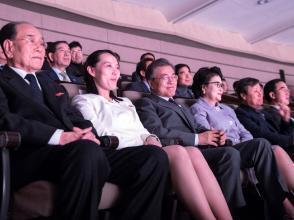 La sœur et représentante de Kim Jong-un, Kim Yo-jong, en compagnie du président sud-coréen Moon Jae-in et de sa compagne, lors des JO de  PyeongChang.