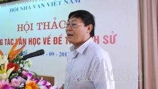 """Nhà văn Hoàng Minh Tường, tác giả của hai quyển """"Nguyên Khí"""" và """"Thời của Thánh Thần"""" (DR)"""