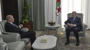 Abdelmadjid Tebboune (d) et Jean-Yves Le Drian (g), à Alger le 21 janvier 2020.