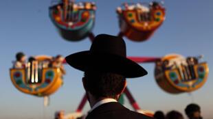 یک یهودی ارتدکس در یک پارک تفریحی.