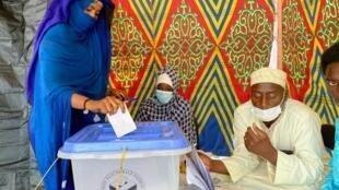 IMAGE Opération de vote à Ndjamena pour la présidentielle au Tchad, le 11 avril 2021.