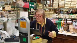Denise Acabo dans sa boutique , «À l'Étoile d'Or».
