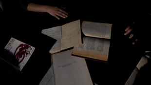 Libros con dedicatorias de la biblioteca personal del escritor argentino Julio Cortázar, en la Fundación Juan March de Madrid, en España, el 20 de mayo de 2021