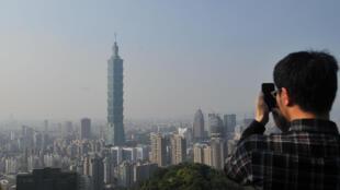 游客远眺台北市景照片