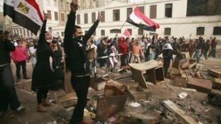Người biểu tình thách thức lực lượng an ninh ở gần Bộ Nội vụ tại Cairo ngày 03/02/2012.
