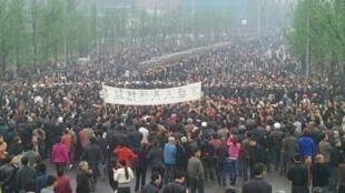 重慶萬盛開發區逾萬民眾即連續兩日上街,又堵塞公路,抗議薄熙來把萬盛區與綦江縣合並的「舊政」