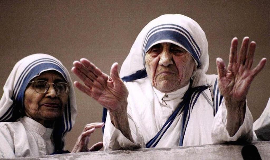 Mama Teresa akiwa nje ya makao makuu ya kituo cha misaada cha kanisa katoliki mjini Kolkata nchini India, picha ilipigwa siku chache kabla ya kufariki kwake September 5, 1997.