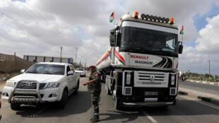La livraison d'essence dans l'enclave de la bande de Gaza par le Qatar provoque la colère de plusieurs dirigeants palestiniens. (photo prise le 9 octobre 2018)