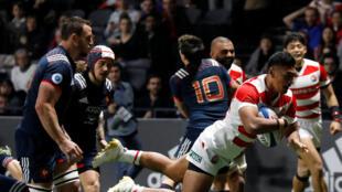 Le Japonais Timothy Lafaele aplatit le deuxième essai de son équipe face à la France le 25 novembre 2017.