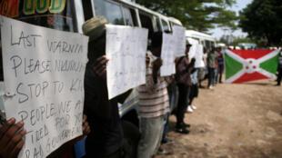 De nombreuses personnes ont manifesté au Burundi, le 20 octobre 2015, pendant les obsèques d'un journaliste, récemment abattu avec sa famille, et d'un membre de l'OIM.