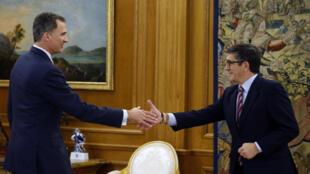 Le roi d'Espagne Felipe VI (g) et le président du Parlement, Patxi Lopez, le 26 avril 2016, au Palais royal de la Zarzuela à Madrid.