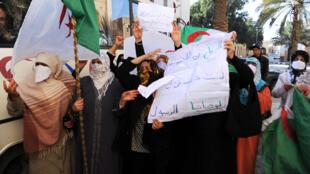 Des femmes manifestent dans les rues de Ghardaïa, le 27 janvier 2014.