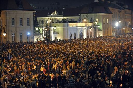 Des dizaines de milliers de personnes rassemblées devant le palais présidentiel polonais, à Varsovie, le 10 avril 2010.