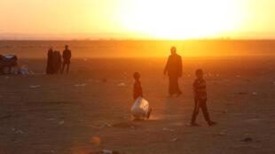 Des familles fuyant Mossoul arrivent à Bachiqa, le 18 novembre 2016.