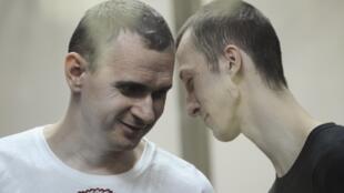 Oleg Sentsov (g) et Alexander Kolchenko, le 25 août, attendant le verdict de la cour.